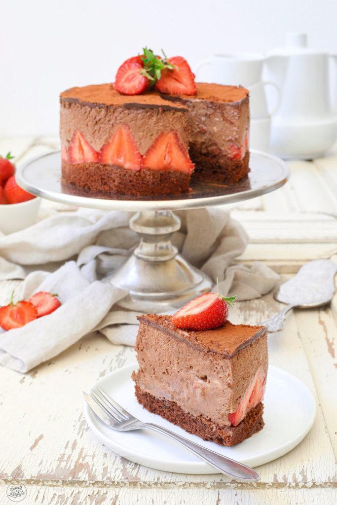 Cremige Schokomousse-Torte mit Erdbeeren nach einem Rezept von Sweets & Lifestyle®