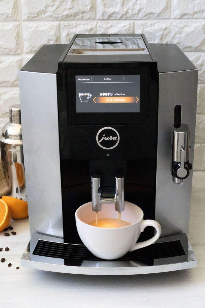 Frisch gebrühter Kaffee aus dem JURA S8 Kaffeevollautomaten für den Coffee Sour Cocktail nach einem Rezept von Sweets & Lifestyle®