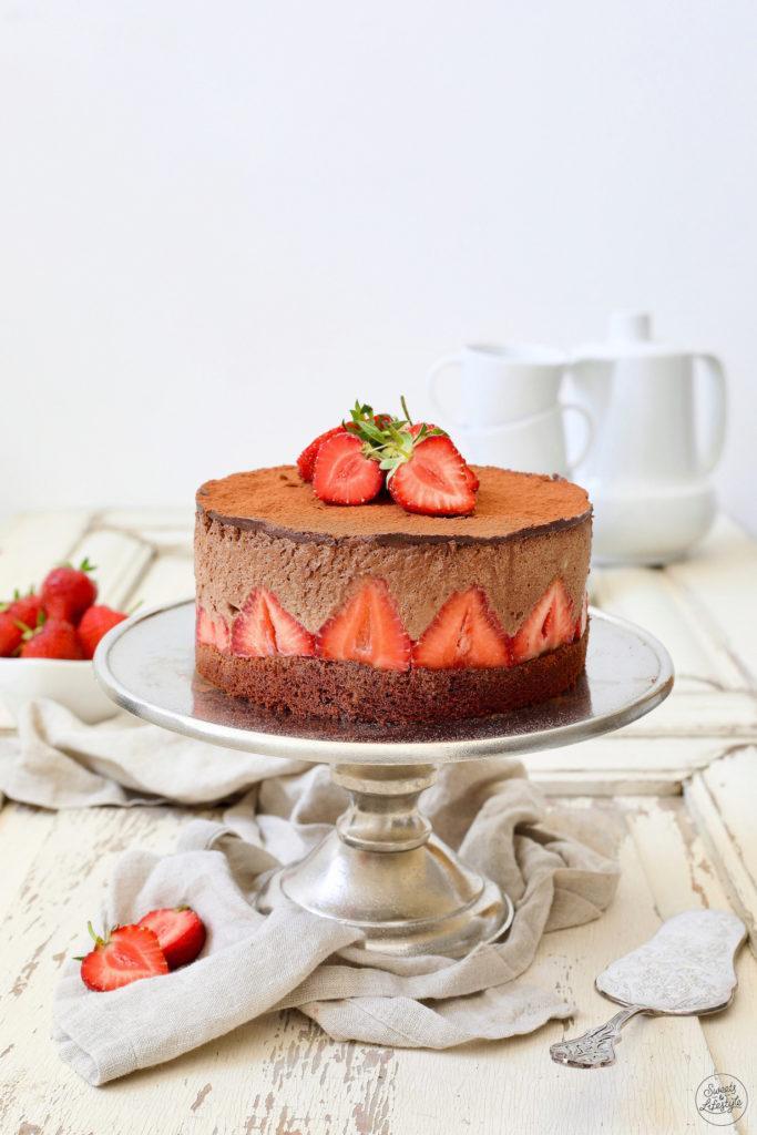 Leckere Schokomousse-Torte mit Erdbeeren nach einem Rezept von Sweets & Lifestyle®