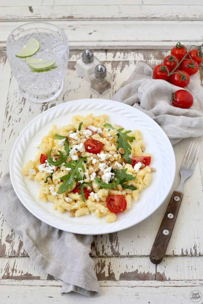 Leckerer Mediterraner Spätzlesalat mit Tomaten und Rucola nach einem Rezept von Sweets & Lifestyle®