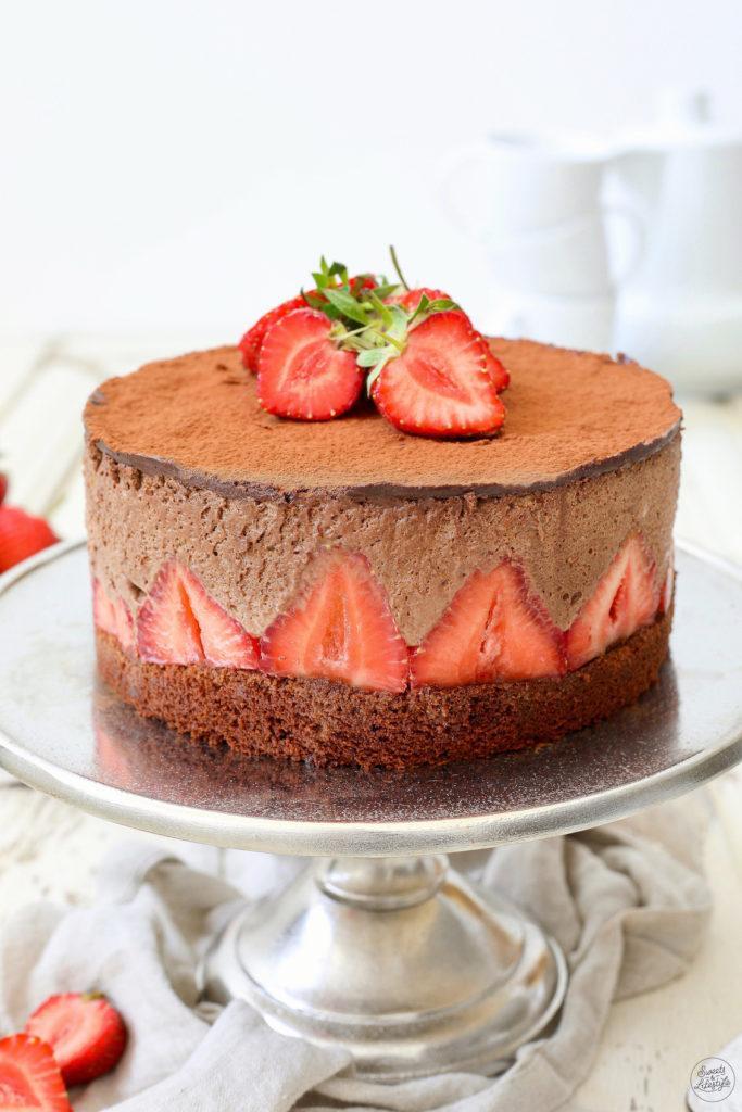 Köstliche Schokomousse-Torte mit Erdbeeren nach einem Rezept von Sweets & Lifestyle®
