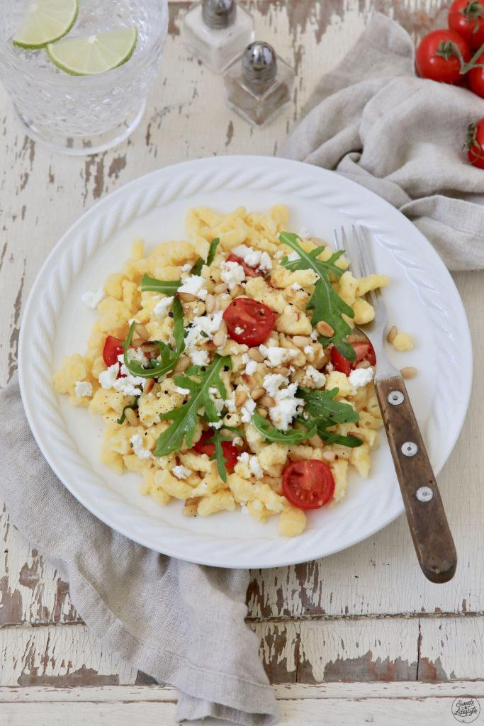Leckerer Spätzlesalat mit Rucola Tomaten und Feta als Partysalat nach einem Rezept von Sweets & Lifestyle®