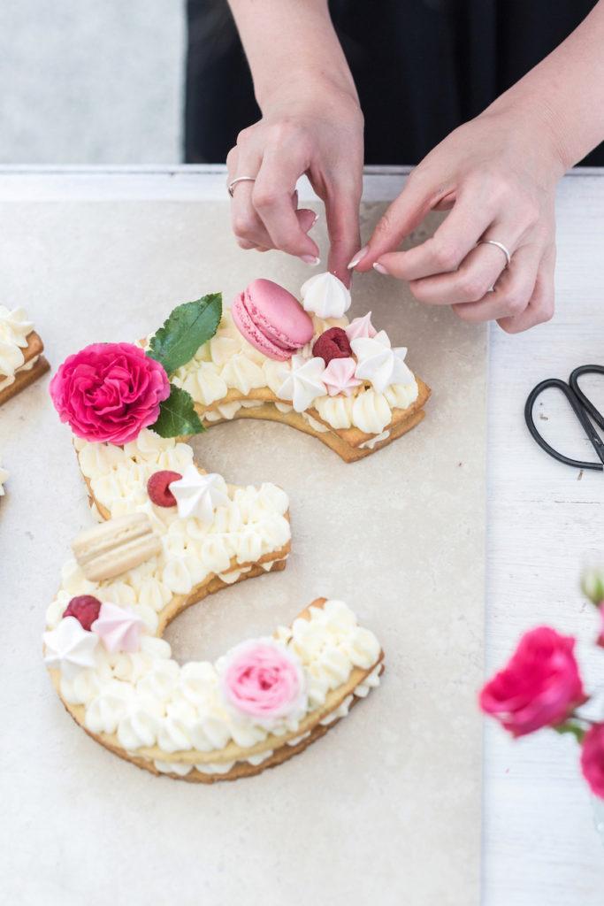 Verena von Sweets & Lifestyle® dekoriert ihre Number Cake mit selbst gemachtem Baiser