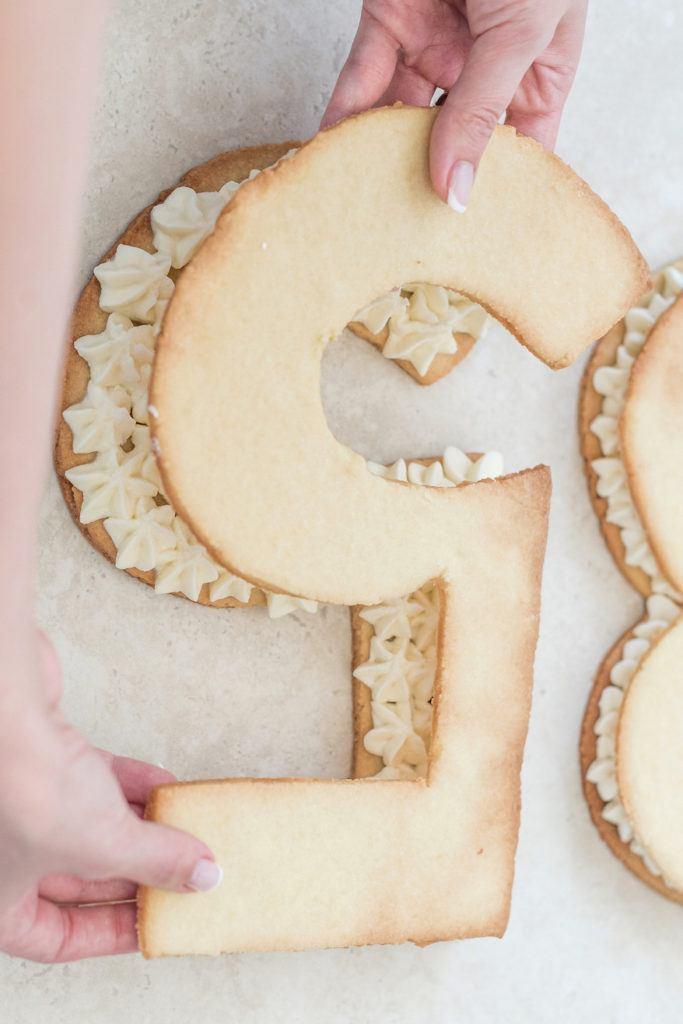 Verena von Sweets & Lifestyle® legt die zweite Mürbteigziffer auf die Number Cake Fülle