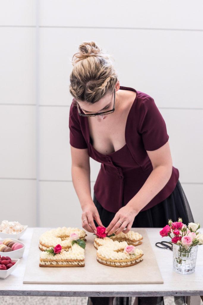 Verena von Sweets & Lifestyle® verziert ihre Number Cake mit frischen Rosen