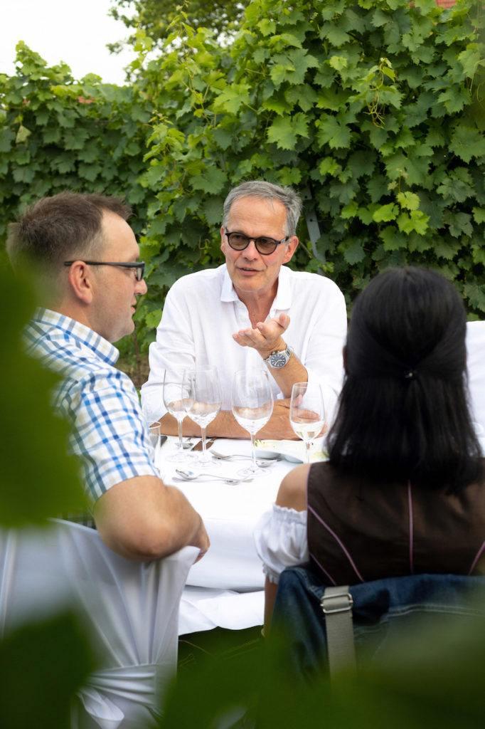 Die Gäste unterhalten sich blendend beim Tafeln im Weinviertel in Stetten