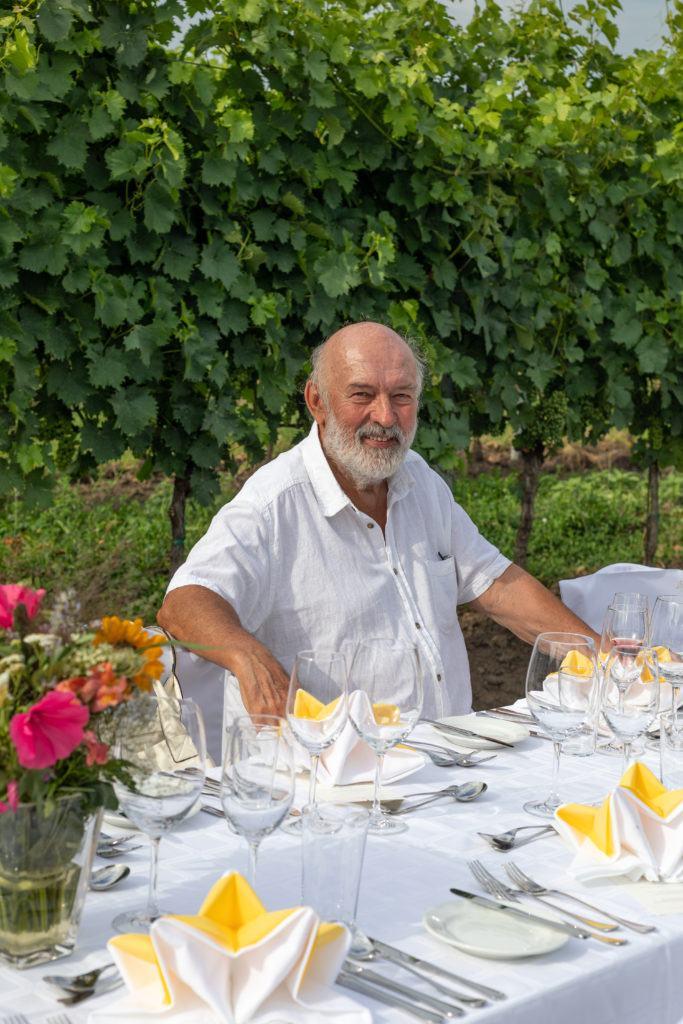 Ein Gast sitzt bereits auf der gedeckten Tafel beim Tafeln im Weinviertel
