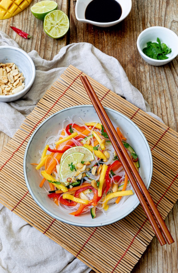 Vegetarischer Glasnudelsalat mit Mango und Erdnüssen nach einem Rezept von Sweets & Lifestyle®