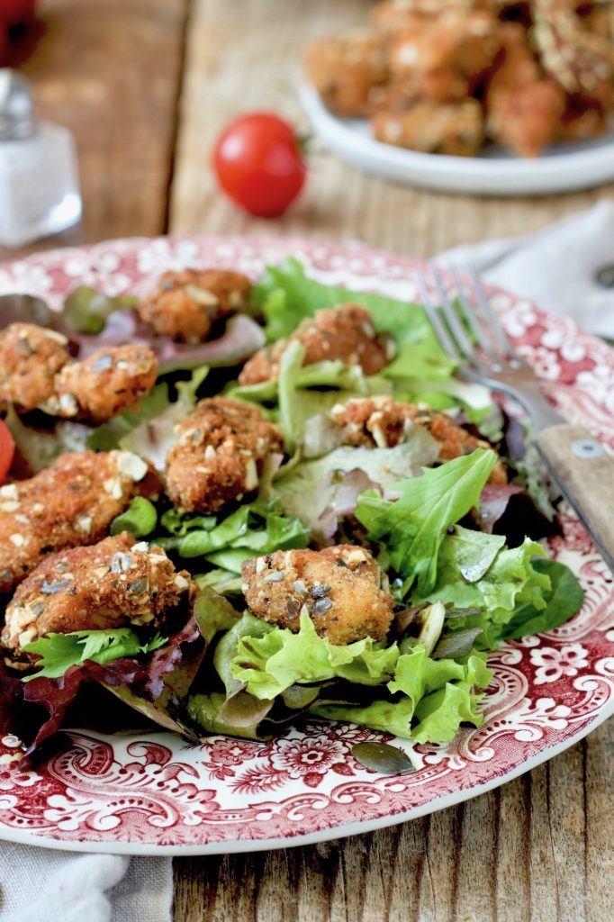 Hühnerbruststreifen in Kürbiskernparnier auf Blattsalat serviert nach einem Rezept von Sweets & Lifestyle®