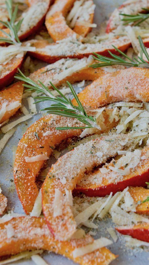 Kürbisspalten werden mit Parmesan und Semmelbrösel bestreut und im Ofen geröstet