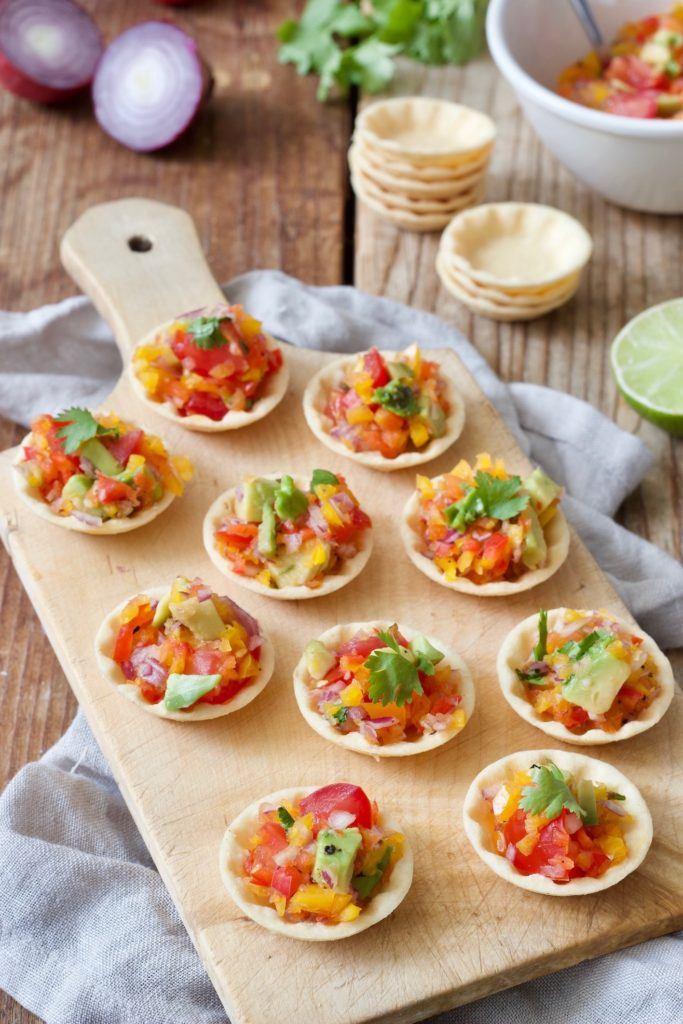 Party Cups mit würziger Salsa gefüllt und serviert als Fingerfood nach einem Rezept von Sweets & Lifestyle®