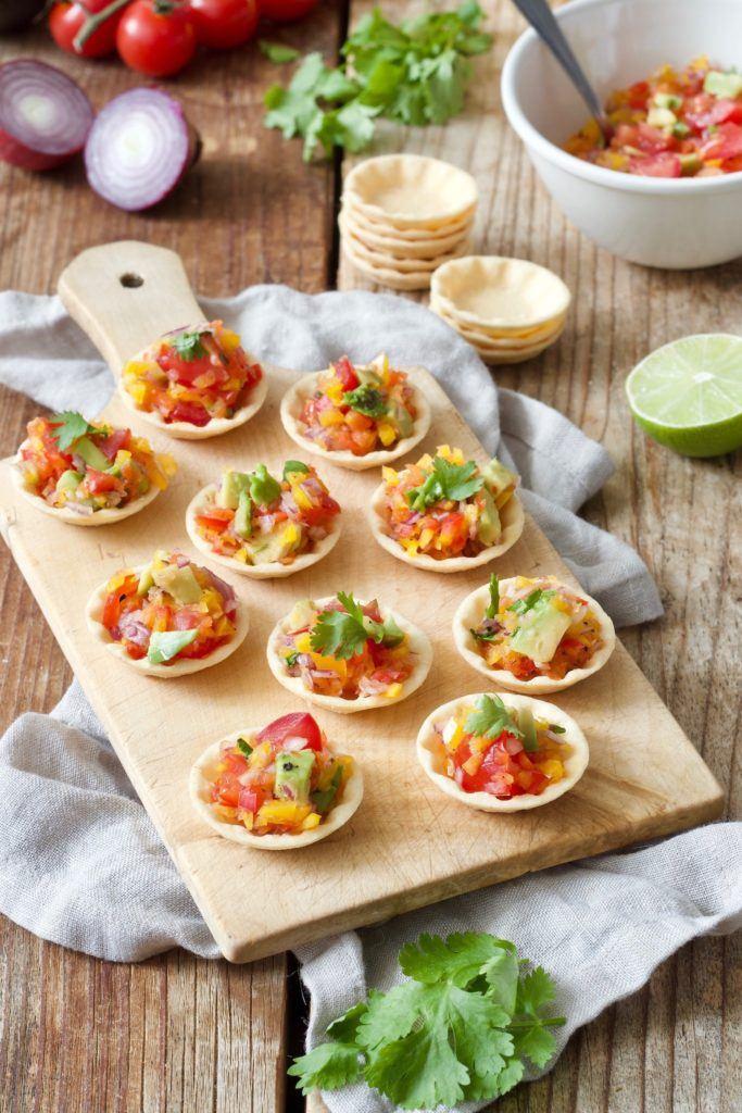 Party Cups mit selbst gemachter Salsa gefüllt und als Fingerfood serviert von Sweets & Lifestyle®
