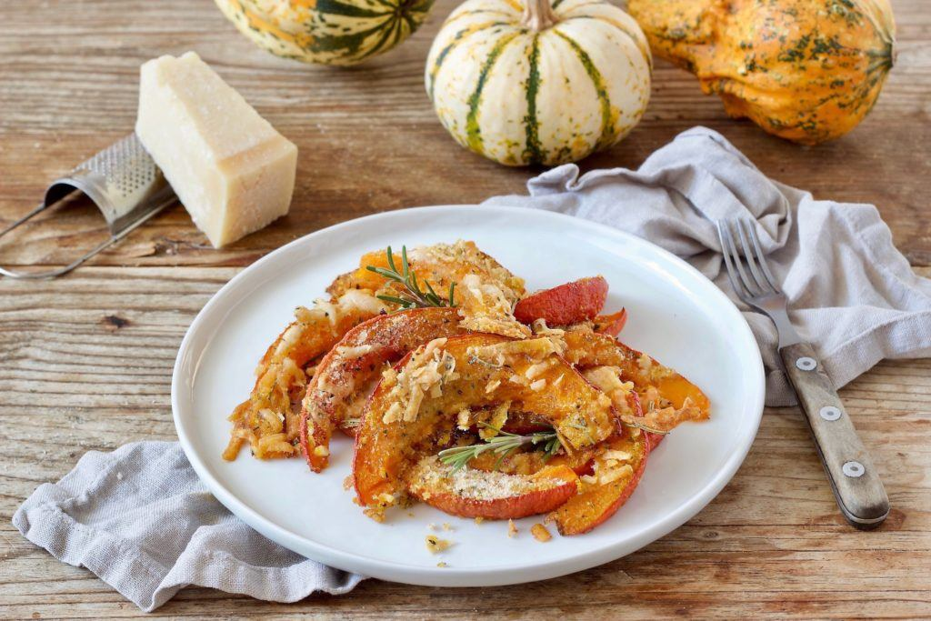 Rezept für einen im Ofen gerösteten Kürbis mit Parmesan-Semmelbröselkruste von Sweets & Lifestyle®