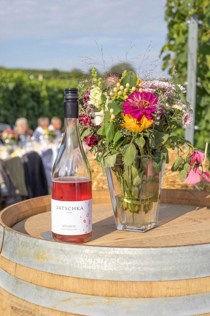 Rosante 2018 vom Weingut Jaschka als Aperitif beim Tafeln im Weinviertel zwischen den Reben in Stetten