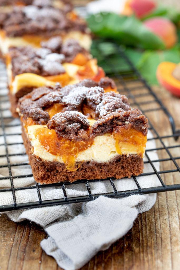 Leckerer Schoko-Marillenkuchen mit Topfencreme und Streusel nach einem Rezept von Sweets & Lifestyle®️️