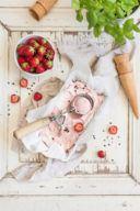 Selbst gemachtes Erdbeereis mit Basilikum und Pfeffer nach einem Rezept von Sweets & Lifestyle®