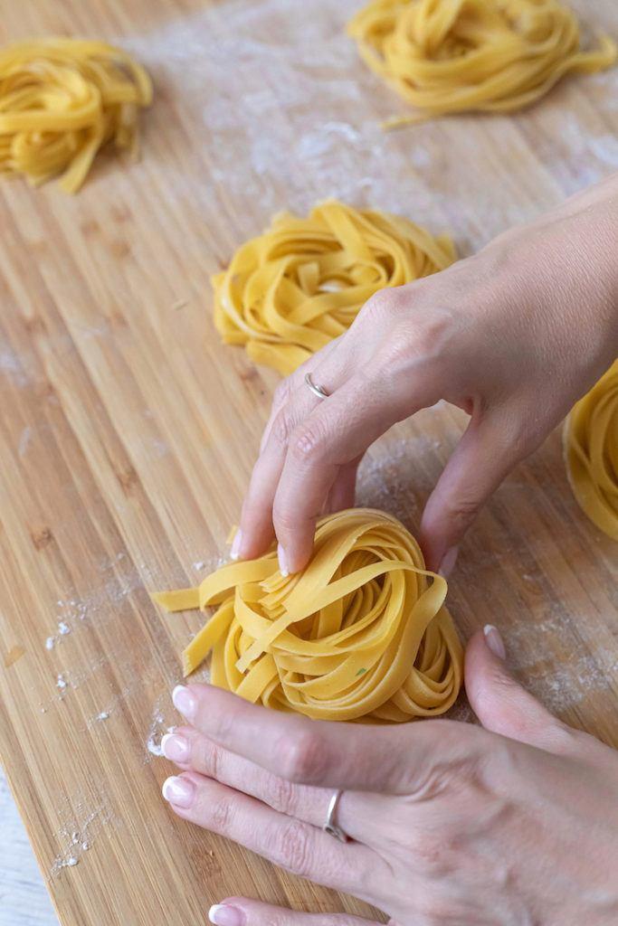 Tagliatelle Nester formen aus selbst gemachten Tagliatelle Nudeln nach einem Rezept von Sweets & Lifestyle®