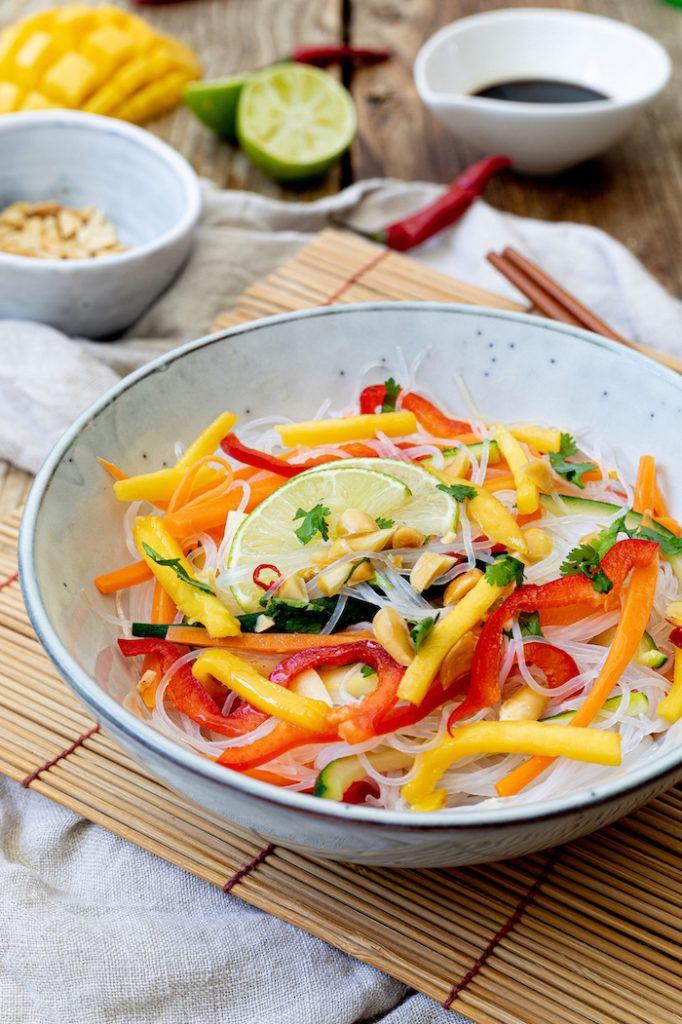Leckerer vegetarischer Glasnudelsalat mit Mango nach einem Rezept von Sweets & Lifestyle®