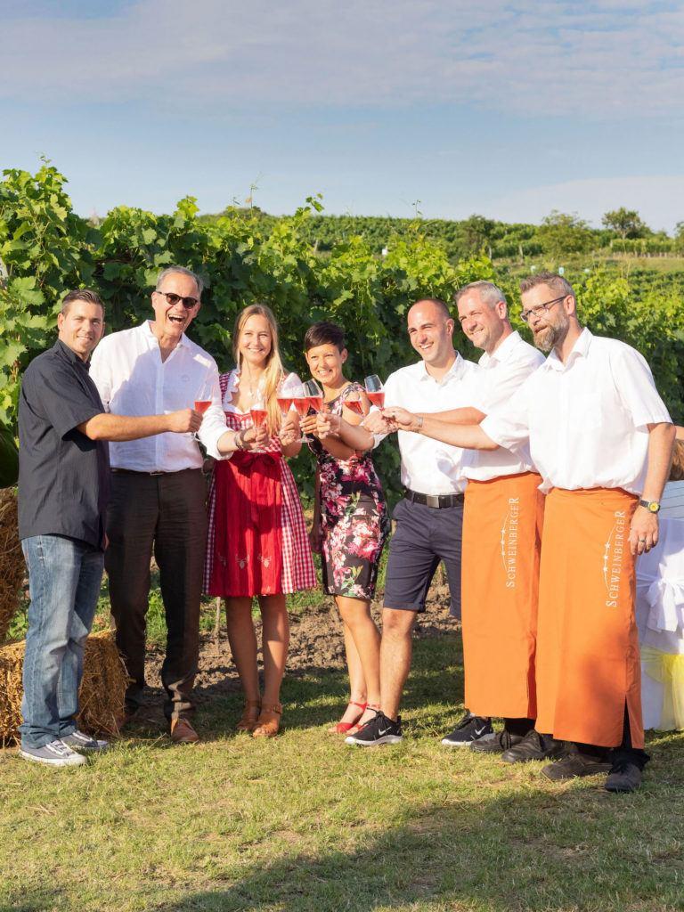 Veranstalter Hotel-Restaurant Schweinberger von Tafeln im Weinviertel in Stetten mit Weinviertel Tourismus Geschäftsführer Hannes Weitschacher und Weingüter Jatschka und Pfaffl