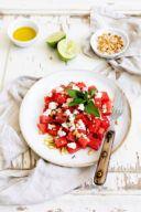 Wassermelonen Feta Salat mit Minze und gerösteten Pinienkernen serviert nach einem Rezept von Sweets & Lifestyle®