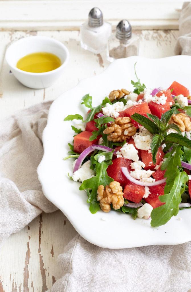 Sommerlicher Wassermelonen-Feta-Salat mit Rucola und Walnüssen nach einem Rezept von Sweets & Lifestyle®