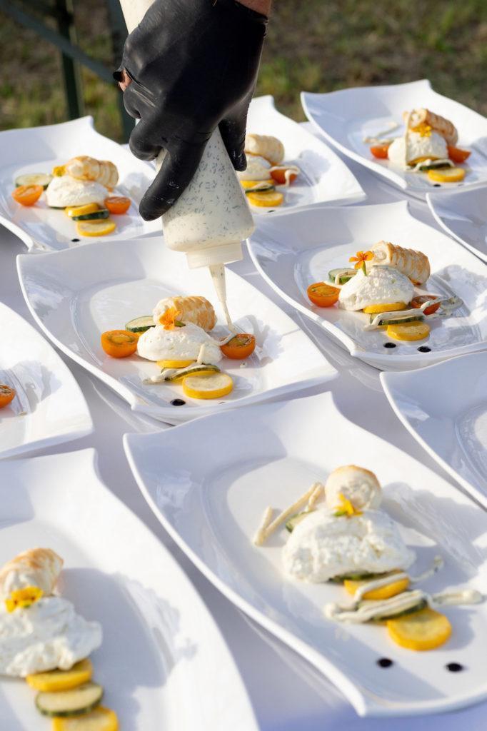 Koestliches Zucchini Carpaccio mit Frischkäse und Räucherforellenmousse serviert als erster Gang beim Tafeln im Weinviertel in Stetten