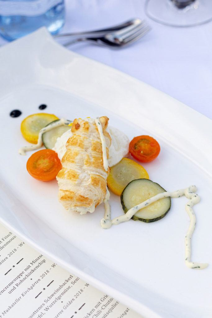 Zucchini Carpaccio mit Frischkäse und Räucherforellenmousse als erster Gang serviert von Stefan Schweinberger vom Restaurant Schweinberger beim Tafeln im Weinviertel