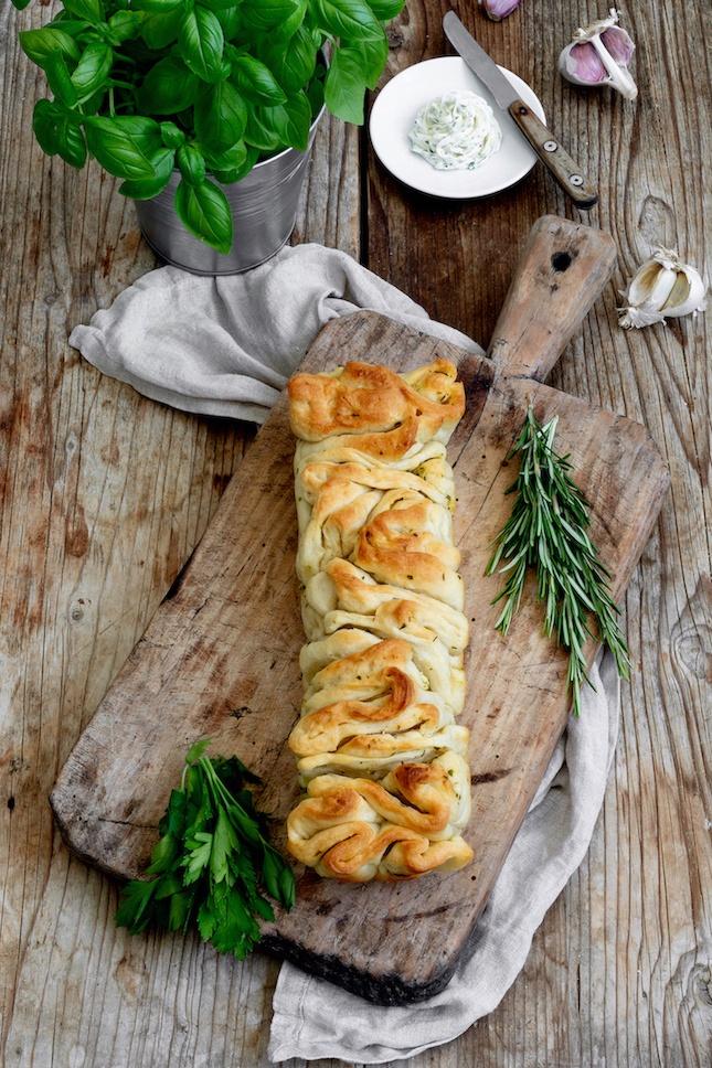 Pikantes Zupfbrot mit Kräuterbutter nach einem Rezept von Sweets & Lifestyle®