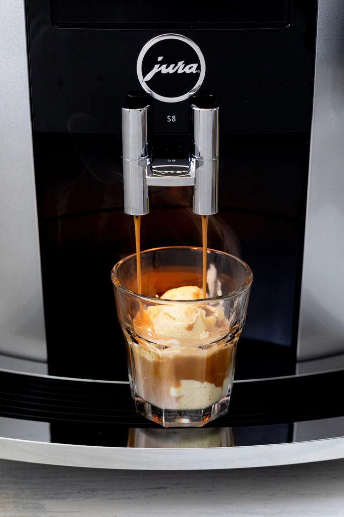 Affogato al caffè zubereitet mit dem Jura Kaffeeautomaten S8 von Sweets & Lifestyle®
