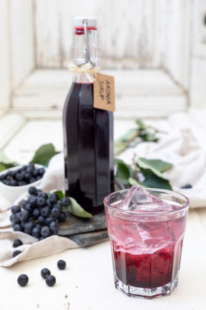 Aroniabeeren Sirup selbst gemacht nach einem Rezept von Sweets & Lifestyle®
