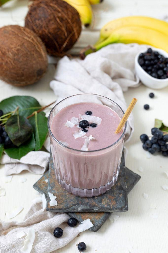 Aroniabeeren Smoothie mit Kokosmilch und Bananen nach einem Rezept von von Sweets & Lifestyle®