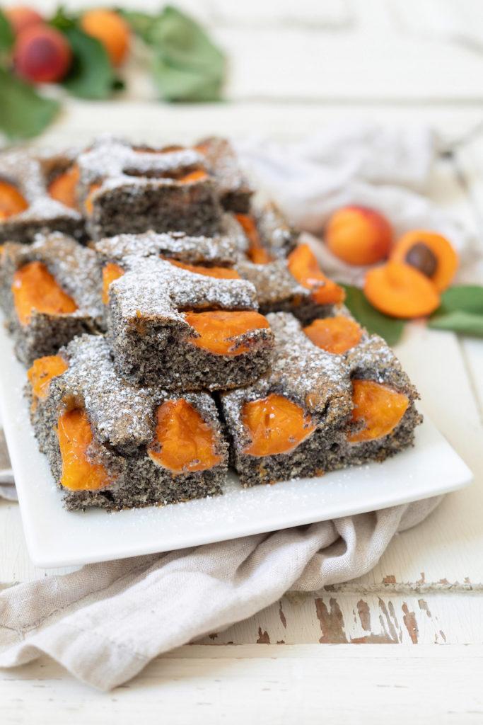 Einfacher Mohnkuchen mit Marillen als Blechkuchen nach einem Rezept von Sweets & Lifestyle®