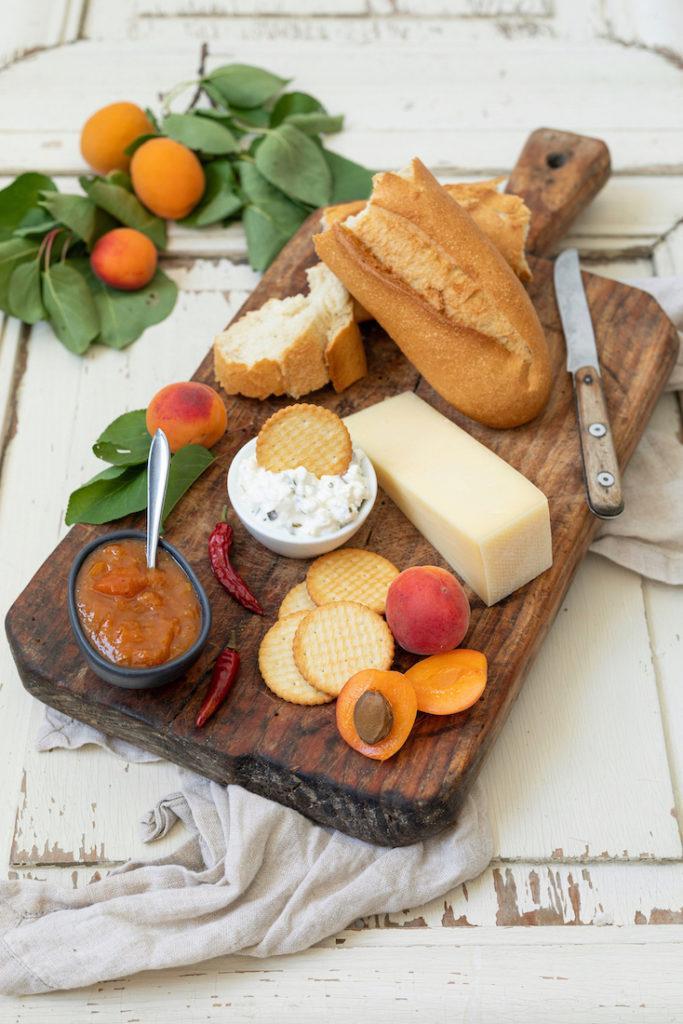 Käseplatte mit Marillenchutney als Beilage nach einem Rezept von Sweets & Lifestyle®