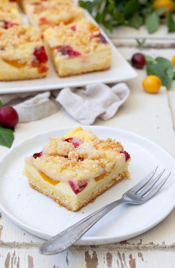 Kriecherlkuchen mit Streusel als Blechkuchen serviert von Sweets & Lifestyle®