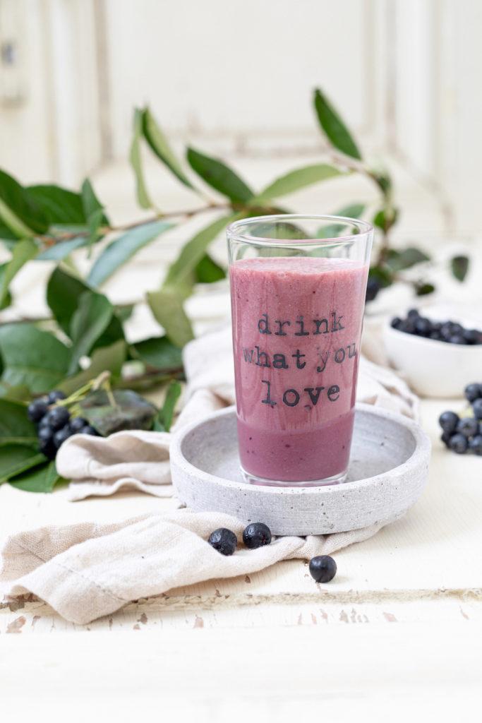 Leckerer Aronia Milchshake nach einem Rezept von Sweets & Lifestyle®
