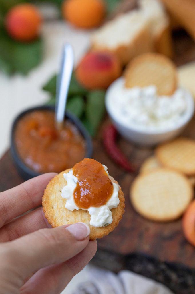 Würziges Marillenchutney nach einem Rezept von Sweets & Lifestyle® als Beilage zur Käseplatte