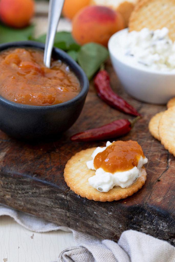 Würziges Marillenchutney nach einem Rezept von Sweets & Lifestyle® serviert zur Käseplatte