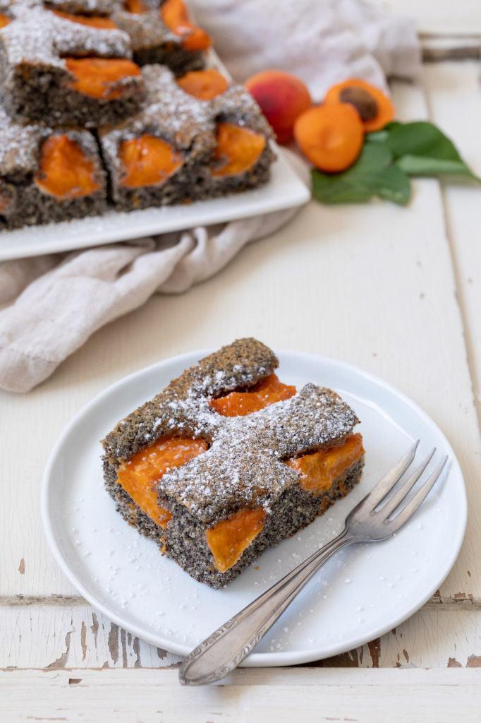 Saftiger Mohnkuchen mit Aprikosen nach einem Rezept von Sweets & Lifestyle®