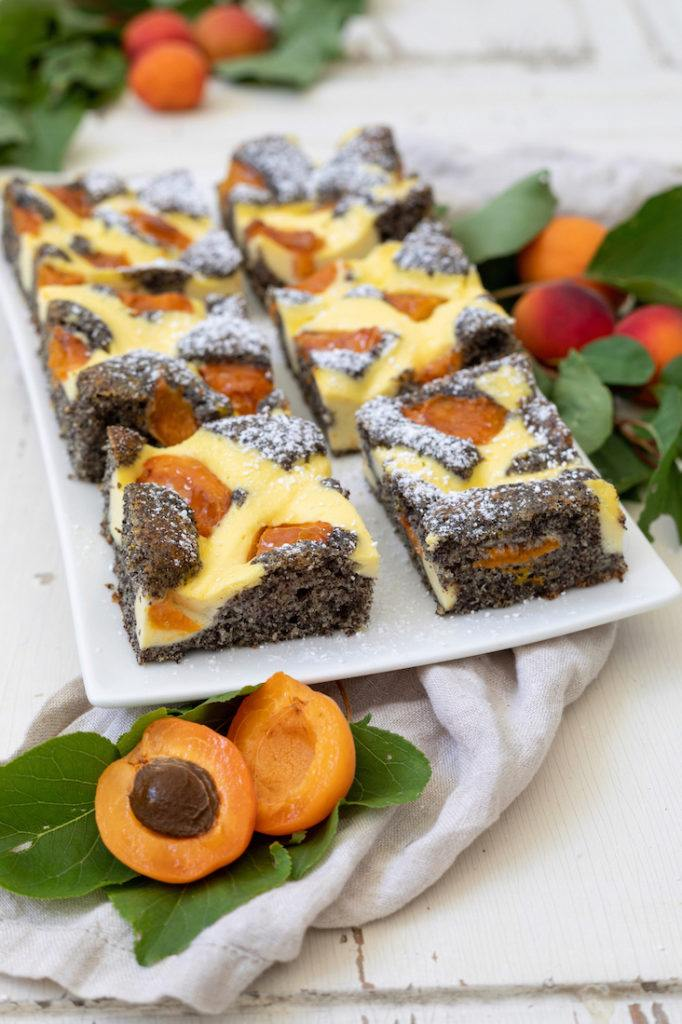Saftiger Mohn-Blechkuchen mit Topfen und Marillen nach einem Rezept von Sweets & Lifestyle®