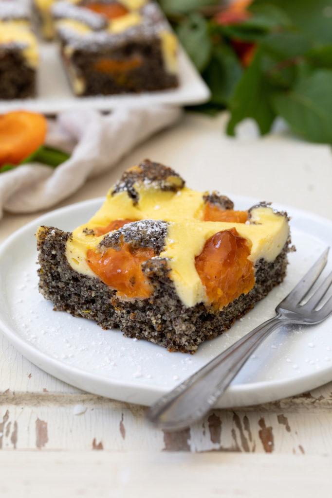Saftiger Mohn-Topfengitter-Kuchen mit Marillen nach einem Rezept von Sweets & Lifestyle®
