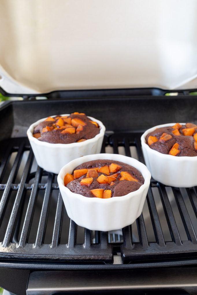 Schneller Schokokuchen vom Grill mit Marillen zubereiten auf dem Weber Pulse 1000 Elektrogrill wie Verena von Sweets and Lifestyle®