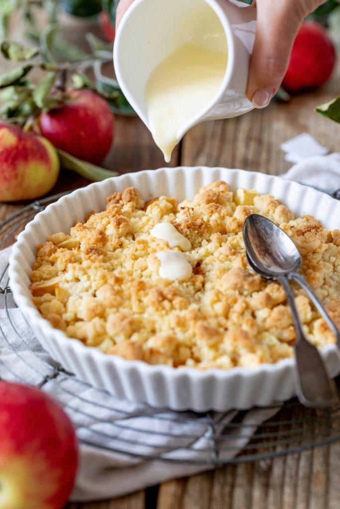Leckerer Apfel Crumble mit Vanillesauce serviert von Sweets & Lifestyle®