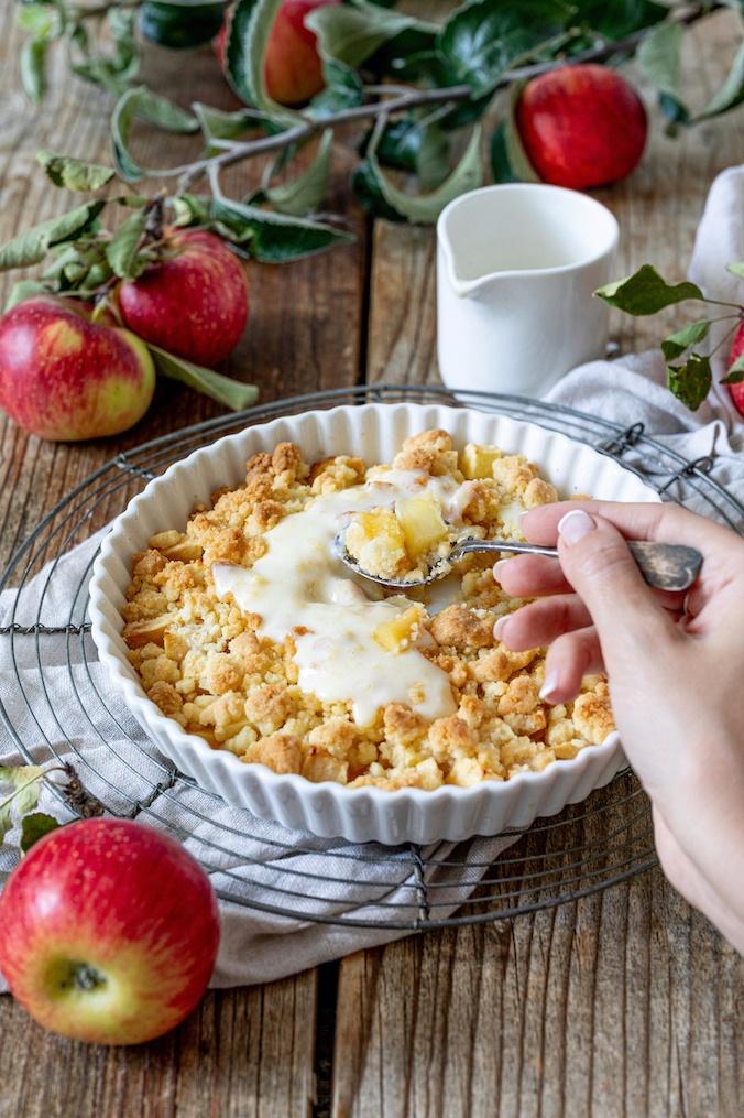 Leckerer Apfel Crumble mit Vanillesauce nach einem Rezept von Sweets & Lifestyle®