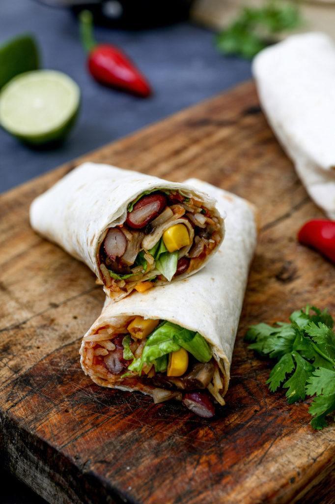 Leckerer vegetarischer Burrito mit Reis und Bohnen gefüllt nach einem Rezept von Sweets & Lifestyle®