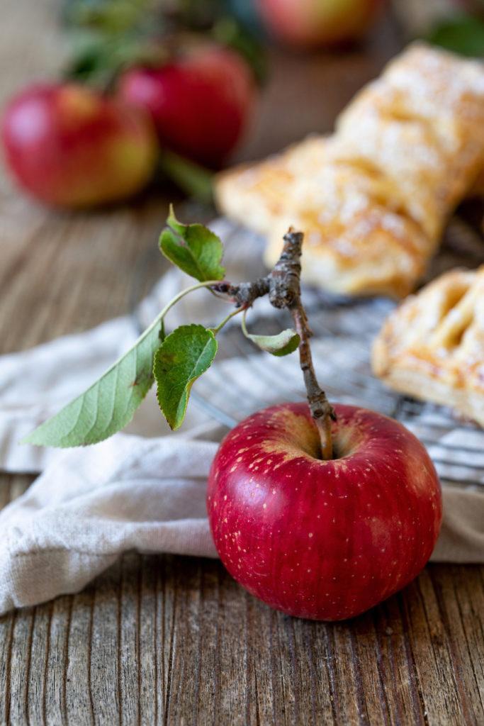 Frischer Apfel für die Zubereitung von leckeren Apfeltaschen von Sweets & Lifestyle®