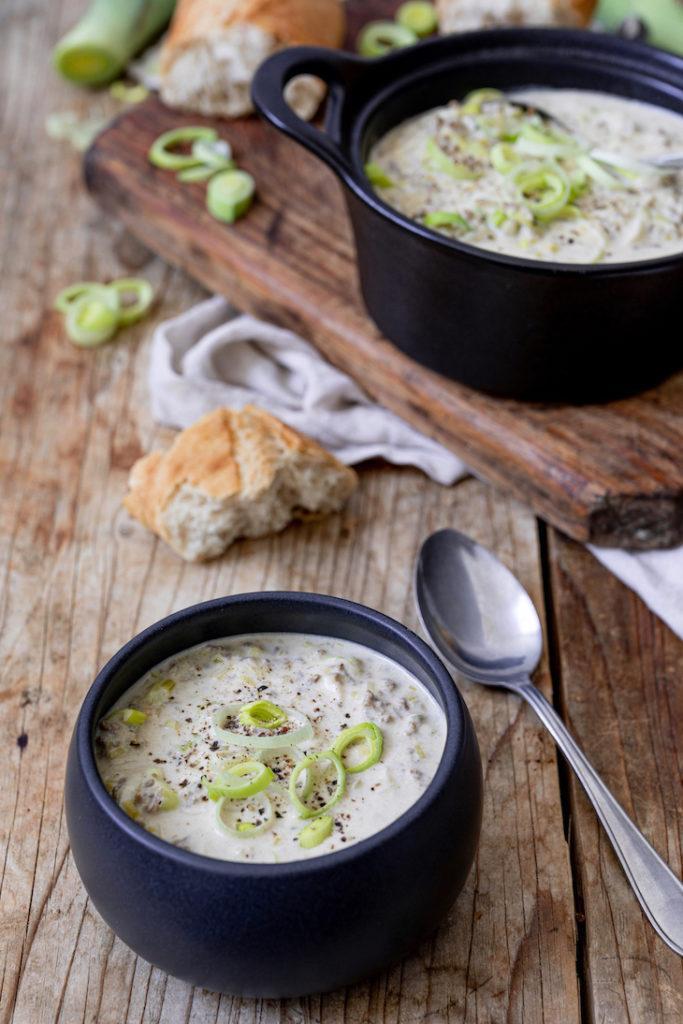 Leckere Käse-Lauch-Suppe mit Faschiertem serviert mit Baguette nach einem Rezept von Sweets & Lifestyle®