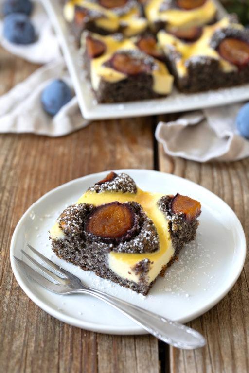 Saftiger Mohnkuchen mit Topfengitter und Zwetschken nach einem Rezept von Sweets & Lifestyle®