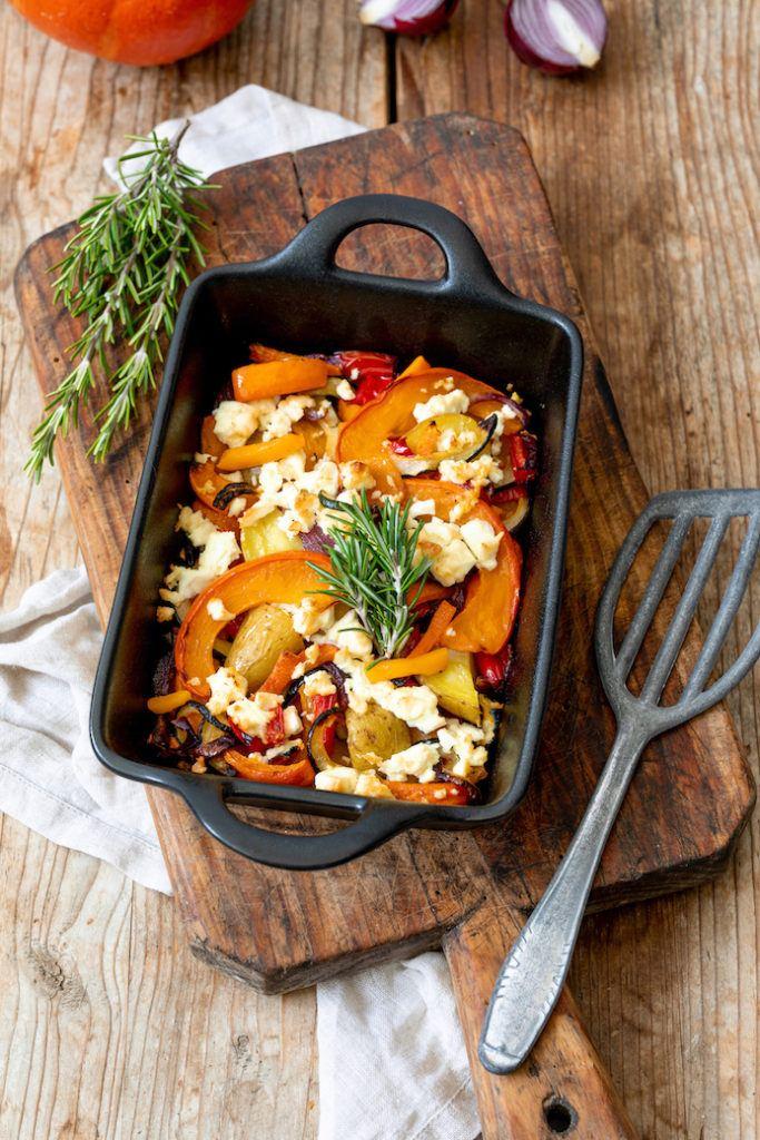 Schnelles Ofengemüse bestehend aus Ofenkürbis mit Kartoffeln, Zwiebeln, Zucchini und Paprika mit Feta nach einem Rezept von Sweets & Lifestyle®
