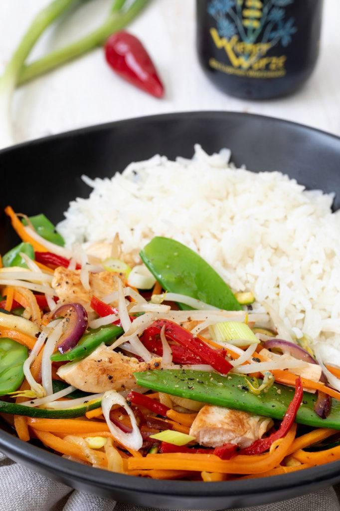 Knackiges Wok-Gemüse mit Huhn und Reis nach einem Rezept von Sweets & Lifestyle®