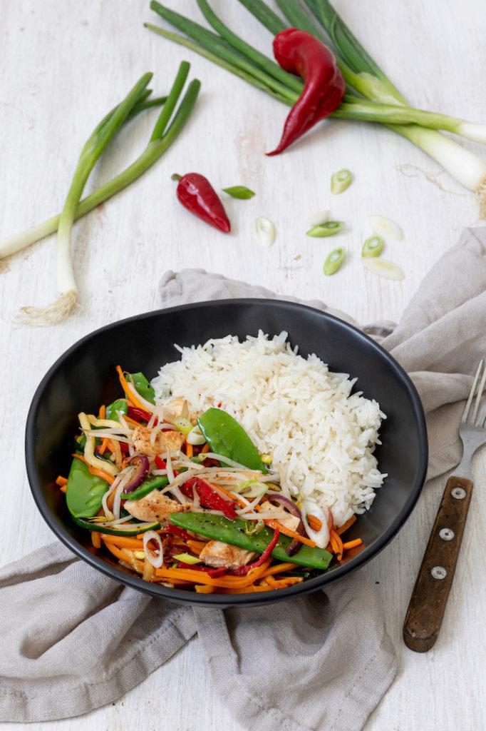 Leckeres Wok-Gemüse mit Sojasauce Huhn und Reis nach einem Rezept von Sweets & Lifestyle®